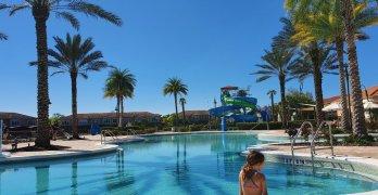 Het zwembad bij Regal Oaks Resort Kissimmee Florida
