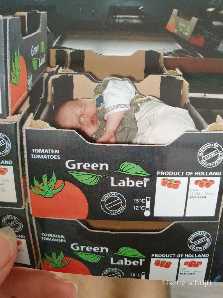 baby in een tomatendoosje