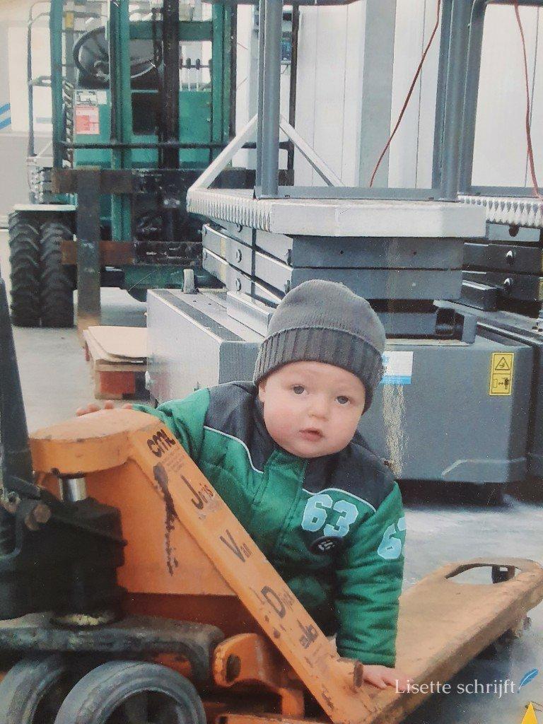 een kind op een pompkar gek op techniek