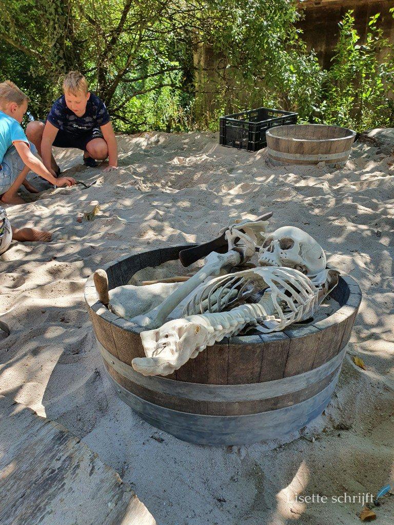 acheologische vondsten in de zandbak van het prehistorisch dorp