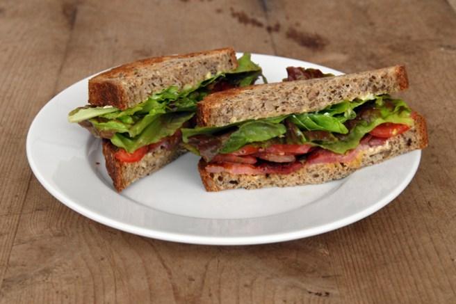 BLT, bacon, tomater og salat (og litt majones). Foto: Lise von Krogh