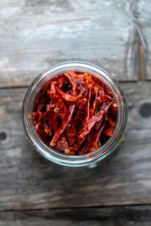 Tørket chili spisser smaken. Foto: Lise von Krogh.