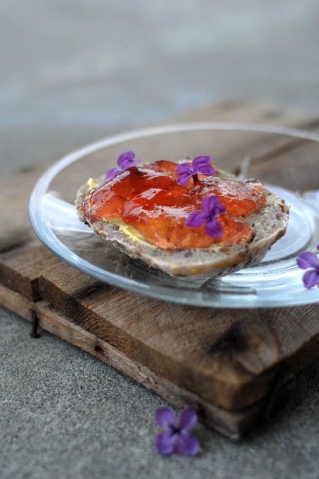 Deilig, søt gele som smaker godt på nybakte rundstykker. Foto: Lise von Krogh.