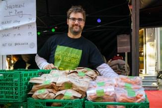Mats fra Jacobsen på Berg har med poteter og minigulrøtter. Foto: Lise von Krogh.