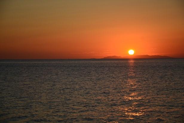 I tramonti infuocati sul lungomare di Parikia