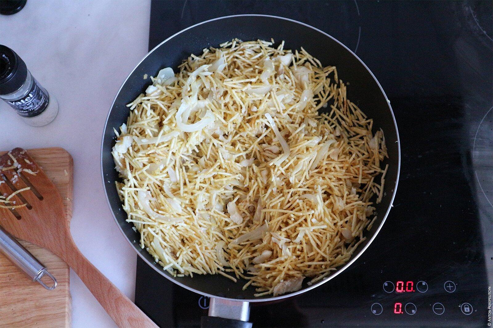 Засыпаем картофельные чипсы соломкой
