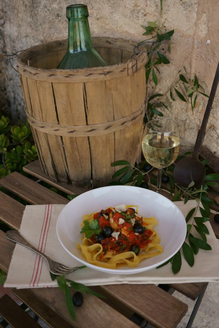 Tagliatelle mit Oliven-Tomatensauce