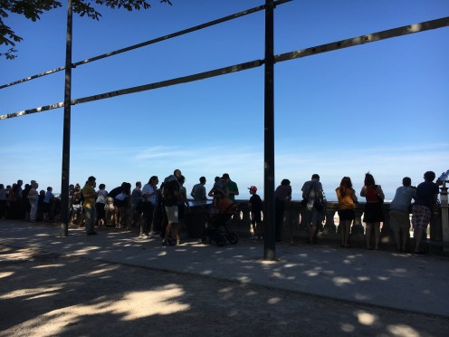 Mureta da colina lotada de turistas