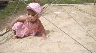 Langkar, anak temanku sedang asyik main pasir (dok. Trisa Melati)