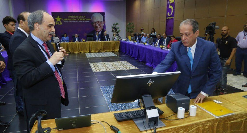 JCE realiza demostración de voto automatizado al Comité Político del PLD
