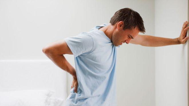 Por qué la vida moderna nos da dolor de espalda (y qué sencillos movimientos pueden evitar que necesitemos cirugía)
