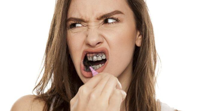 Por qué no debes usar pasta de carbón para blanquearte los dientes