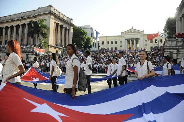 Universitarios cubanos homenajean a los ocho estudiantes de medicina