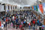 Quejas en viajeros dominicanos por retraso en entrega de equipajes y de 'gracia navideña'