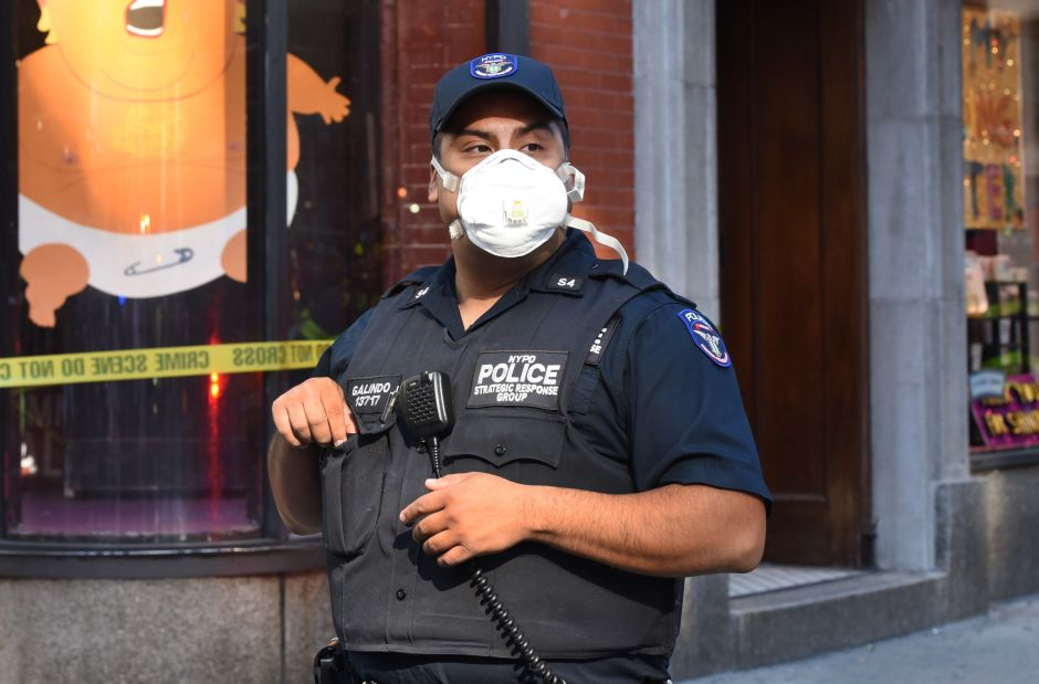 Entregan miles de mascarillas contra el coronavirus a oficiales del NYPD