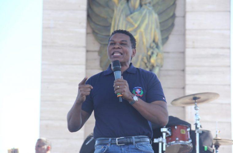 Raymond Pozo dice seguiremos la lucha contra las cosas oscura. Subió al escenario de la Plaza de la Bandera para expresarse.