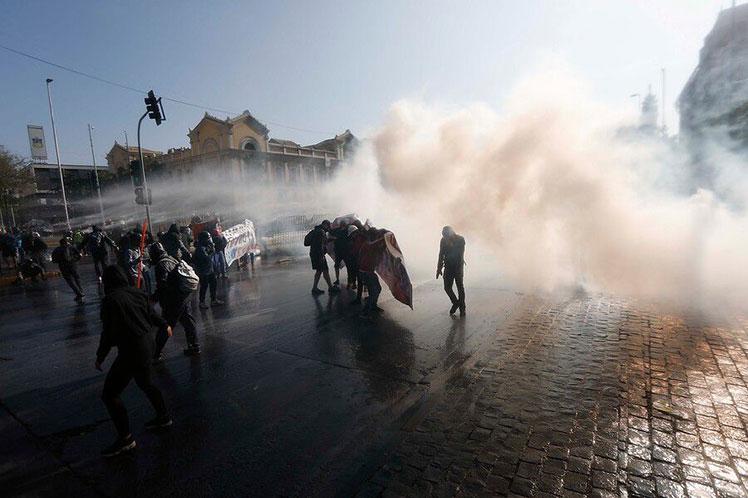 Fuertes choques entre manifestantes y policías en capital de Chile