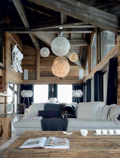 Salle manger sur cette structure en bois imposante for Luminaires suspendus salle manger