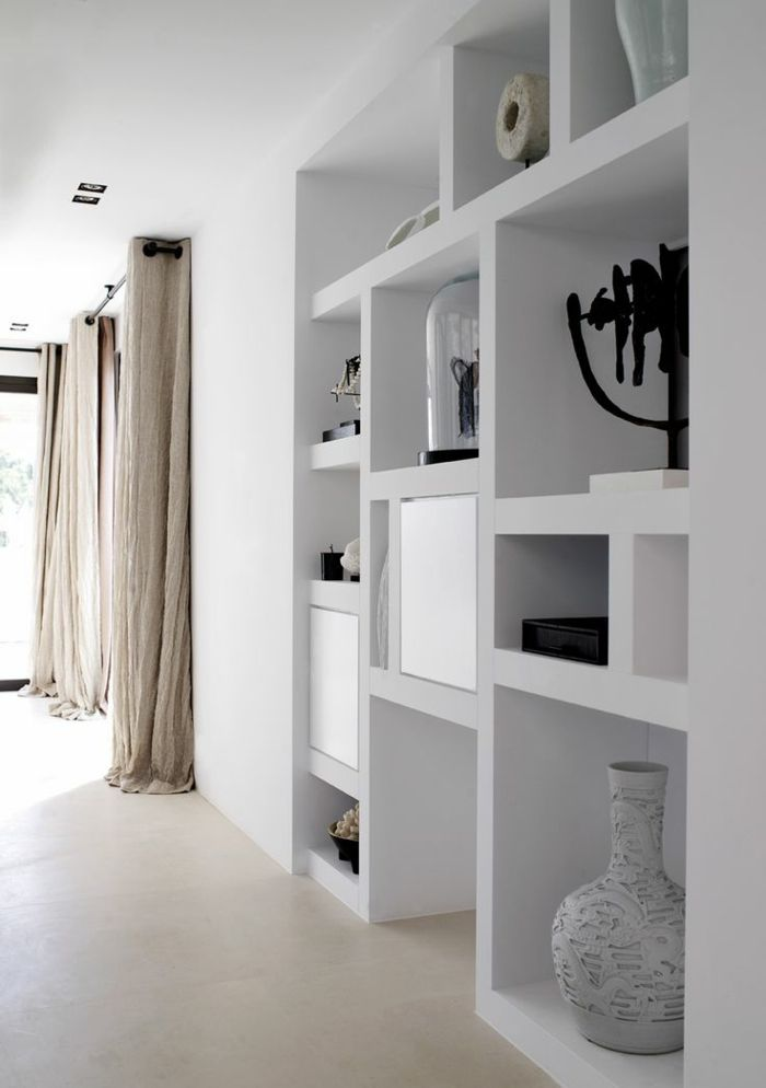 Déco Salon - Etagères intégrées et longs rideaux de lin pour cet ...