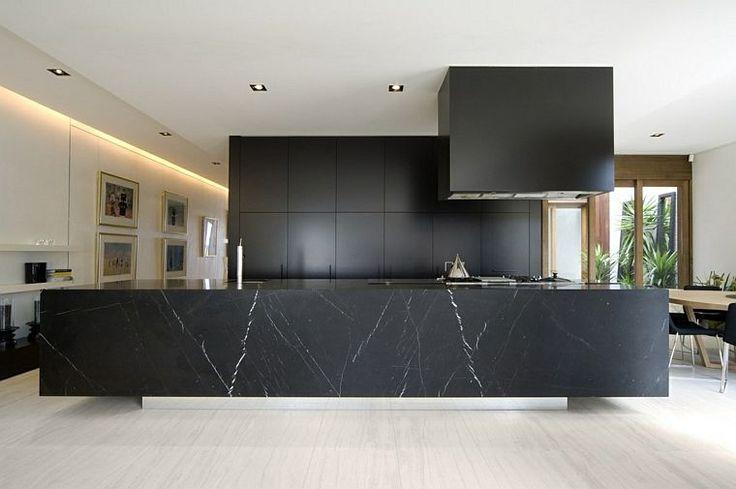 Idée relooking cuisine - modèle de cuisine noire et marbre avec ...