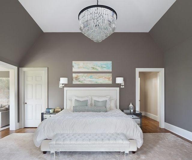 Déco Salon - Chambre Adulte Avec Murs Taupe, Lit Et Tapis Blancs