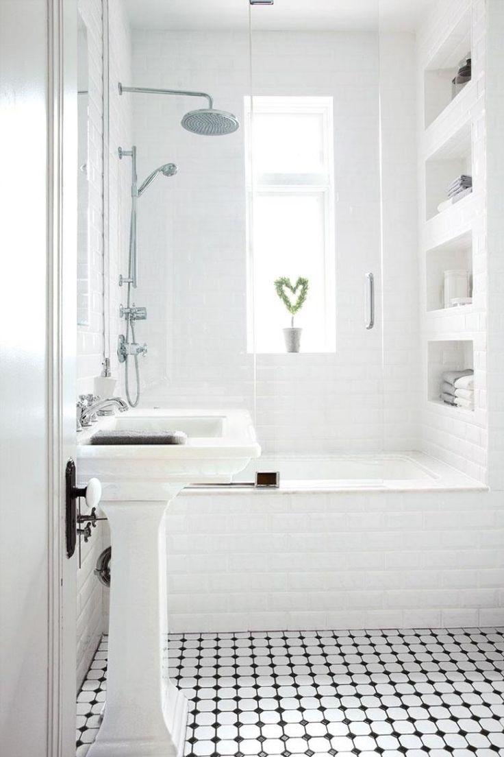 id e d coration salle de bain petite salle de bains blanche avec une baignoire douche niche. Black Bedroom Furniture Sets. Home Design Ideas
