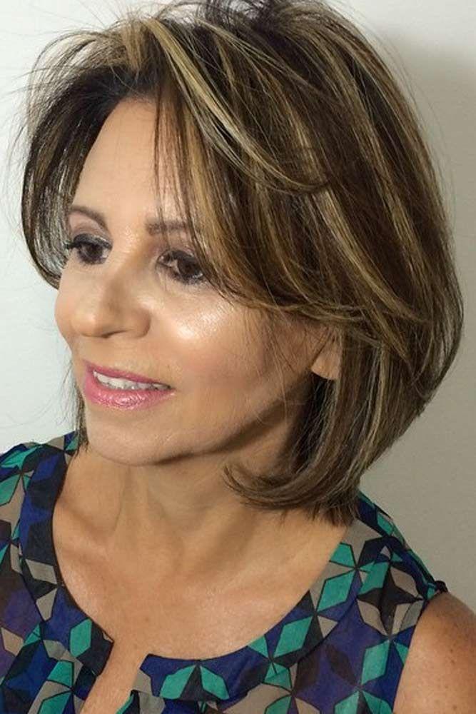 Description. Les coiffures de longueur moyenne pour les femmes de plus de 50  ans