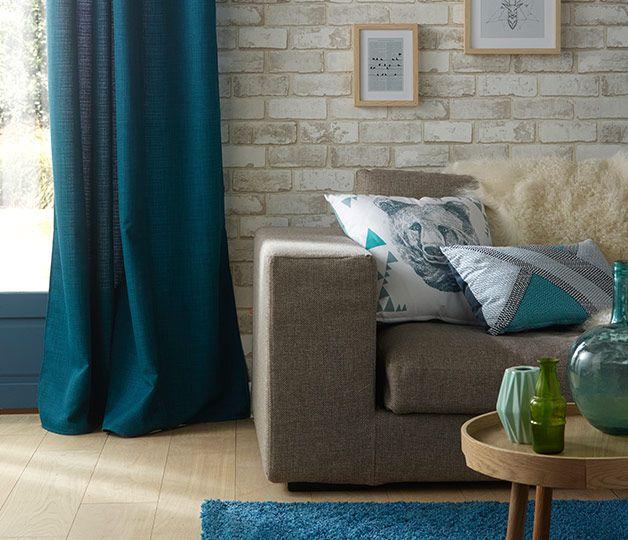 d co salon un salon dynamis par des touches de bleu canard des rideaux au tapis en passa. Black Bedroom Furniture Sets. Home Design Ideas