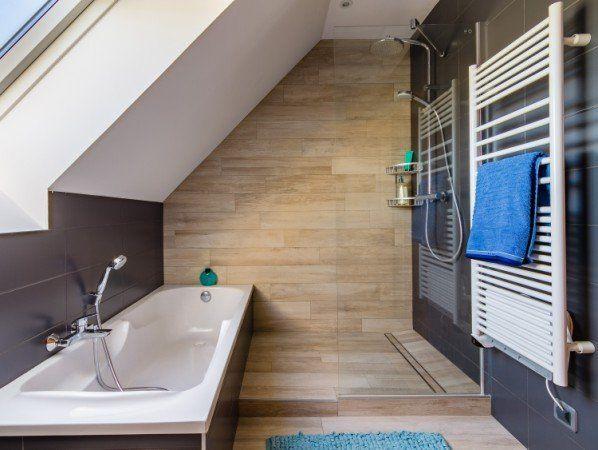 Idée Décoration Salle De Bain Une Salle De Bains Sous Pente Dans - Idee salle de bain sous pente