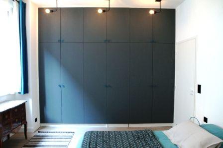 Déco Salon - Comment donner vie à un mur de placards? #placard ...