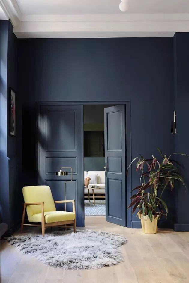 Déco Salon - salon mur bleu marine fauteuil retro jaune ...