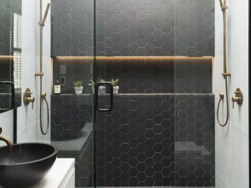 id e d coration salle de bain salle de bain blanc noir avec plane et miroir tr s design. Black Bedroom Furniture Sets. Home Design Ideas