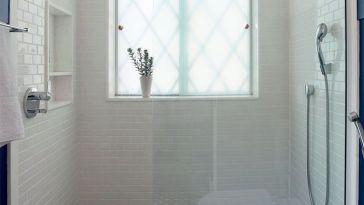 Id e d coration salle de bain petits meubles et tag re - Idee deco salle de bain bleu et blanc 2 ...