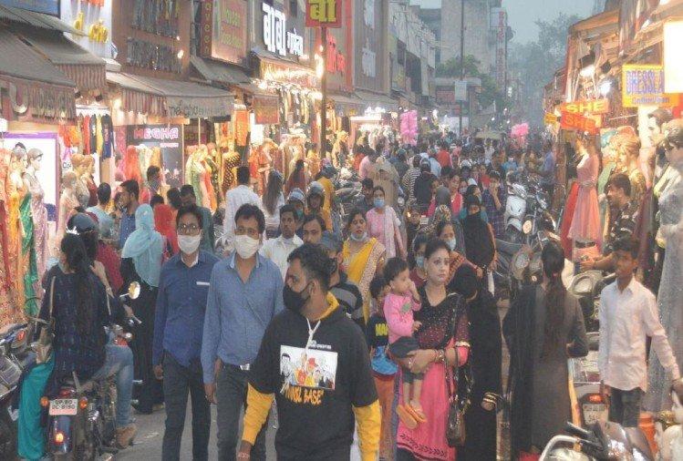 Dhanteras 2020: One Hundred Crore Business On Sunday In Agra – धनतेरस से पहले चमके बाजार, 100 करोड़ की धनवर्षा, दुकानों पर ग्राहकों की उमड़ी भीड़