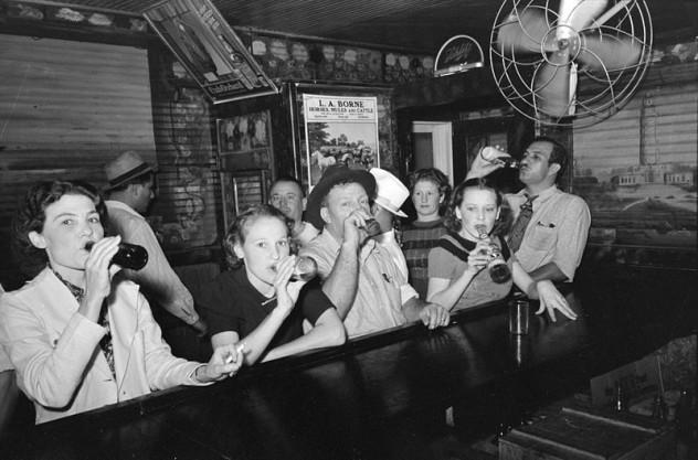 800px-Raceland_Louisiana_Beer_Drinkers_Russell_Lee