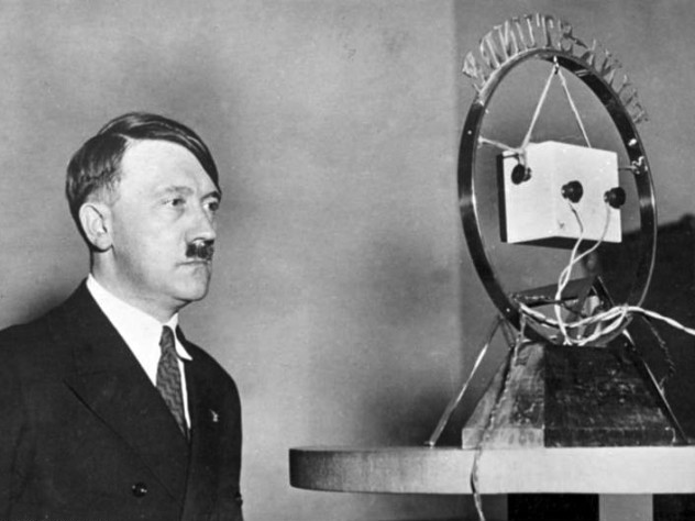 Bundesarchiv_Bild_183-1987-0703-506,_Adolf_Hitler_vor_Rundfunk-Mikrofon
