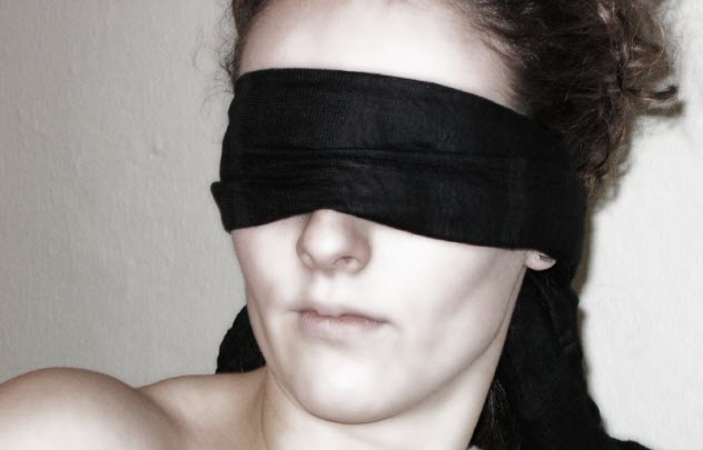 9-blindfolded-woman_000000553118_Small