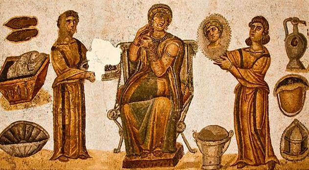 8b-female-slaves-attending-mistress