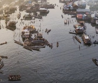 Makoko area of Lagos, always prone to flooding, received a post-disaster architecture (low left); a floating school by Kunle Adeyemi,  in 2012. Source: designoftheworld.com