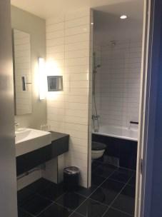 Väl tilltaget badrum med badkar till min sambos förtjusning.