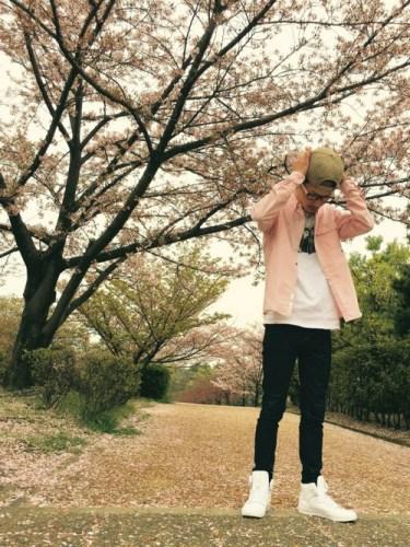 ピンクシャツに合う色|春のメンズカジュアルをおしゃれに魅せるコツ