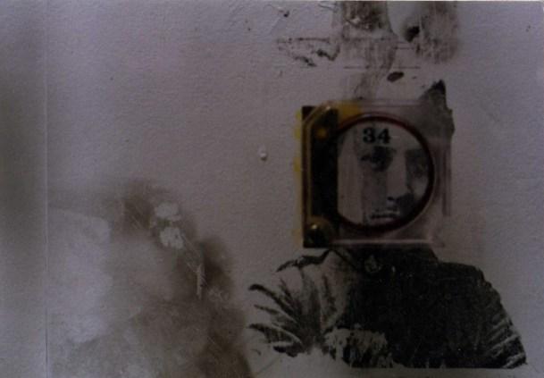 """Omar Moreno. Título: Serie """"1948"""". Medidas variables. Técnica: Mixta sobre vidrios encontrados."""