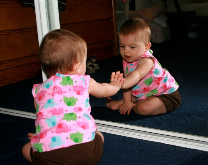 Baby-playing-in-mirror1.jpg