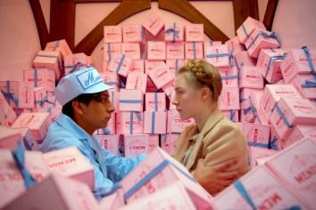 """Tony Revolori e Saoirse Ronan como """"Zero"""" e """"Agatha"""""""