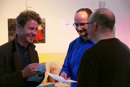 """Literalotto am 18. Juni 2015 im Ulmer """"Café Animo!"""" - mit den Literalottomeistern Rasmus Schoell (Links), Florian L. Arnold (Mitte) und Verleger Markus Hablizel. Foto: Jan Eiden, Ulm"""