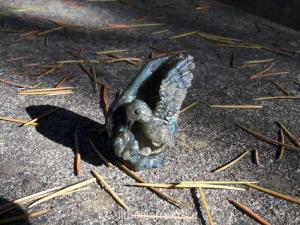 sculpture en pierre d'un colibri