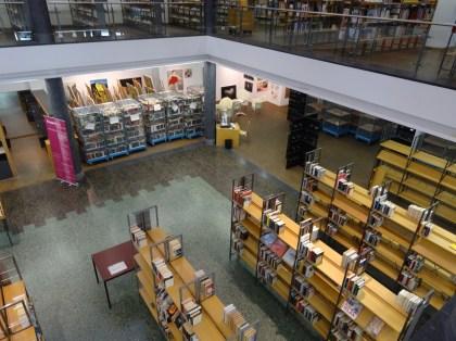 Die Regale werden nach und nach wieder von den fleißigen Mitarbeiterinnen und Mitarbeitern der Stadtbibliothek befüllt.