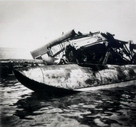 Уничтоженный польский гидроплан в районе города Гел
