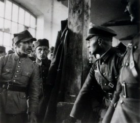Польского военнопленного допрашивает немецкий офицер. Фото Генриха Гофмана