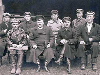 Члены Комиссии по продразверстке в верхней одежде, реквизированной у буржуев. 1921год.